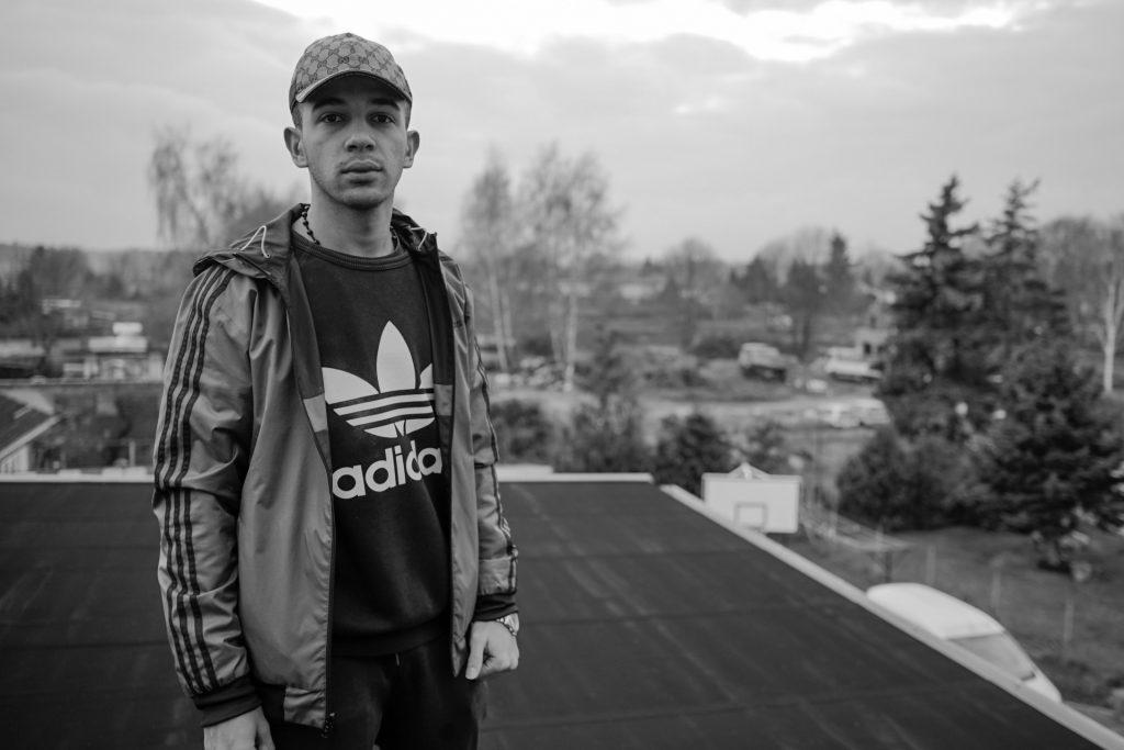 Abdullah, 17 Jahre, aus Latakia in Syrien. Er besucht das OSZ in Ludwigsfelde und weiß noch nicht was er werden will. Seine Lieblingssportarten sind Kickboxen und Fußball.