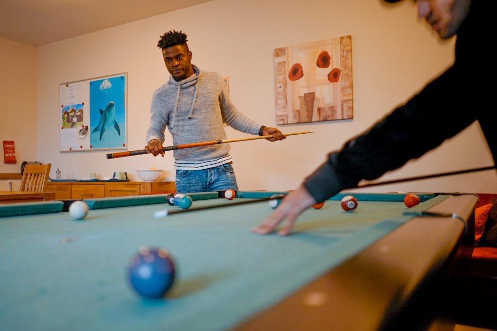 Maurice, 18 Jahre alt,  aus Kamerun. Er teilt sich ein Zimmer mit Solomon. Sie sprechen einen Mix aus Französisch, Englisch und lokalem Dialekt da Maurice aus dem französischsprachigen Kamerun stammt.