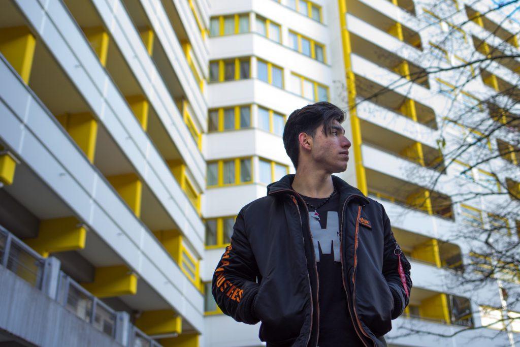 Waheeb, 19 Jahre alt aus Bagdad, Irak. Er möchte eine Ausbildung zum Maler & Lackierer machen. In seiner Freizeit geht er ins FItnessstudio und hört Musik. Seine Vorbilder sind die Rapper KMN aus Dresden.